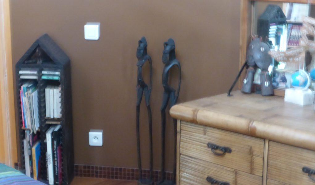 Photo d'une sculpture et d'un meuble