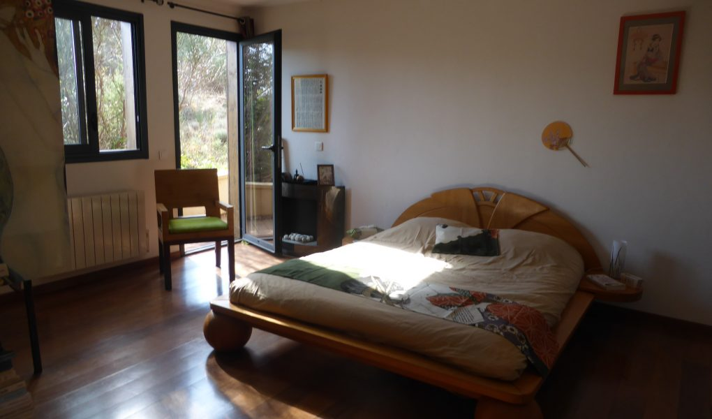 Photo d'une chambre dans une chambre d'hôte, avec un lit et la lumière du soleil qui remplit la pièce