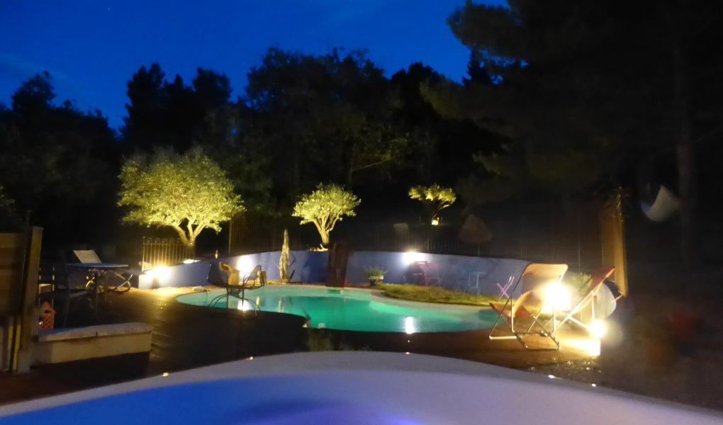 Une piscine de nuit