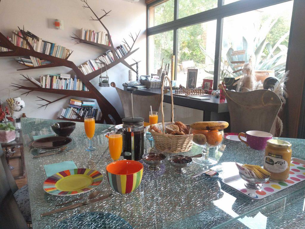Une table de petit déjeuner